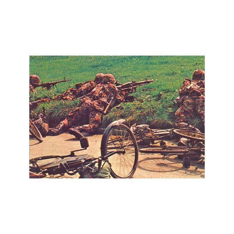 Postkarte: Radfahrer in Stellung