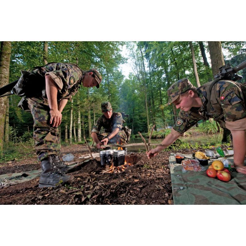 Soldaten beim Kochen im Feld