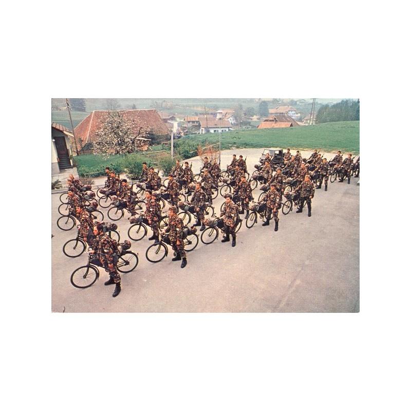Postkarte: Radfahrer in Formation
